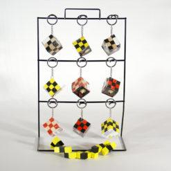 Logikai kockajáték kulcstartóra erősítve, többféle színkombinációban