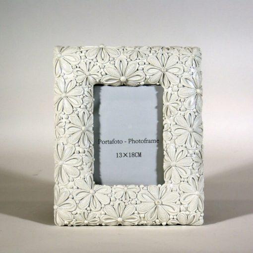 Fehér színű, virágmintás asztali képkeret