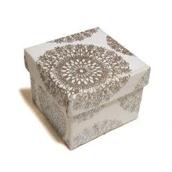 Díszdoboz anyag borítással ezüst virágokkal 10x8x10cm