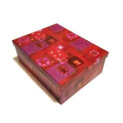 Díszdoboz piros színben karácsonyi mintával 26x9x18cm