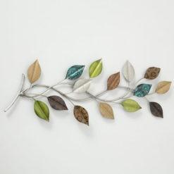 Színes leveleket ábrázóló fém fali dekoráció