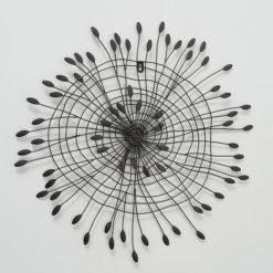 Leveleket formázó fali dekoráció fémből