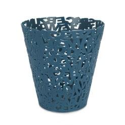 Műanyag betűkből álló szemeteskosár kék színben. A szemetes mérete: 30x28